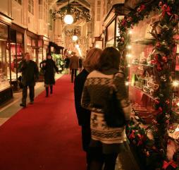 Летом и зимой английские магазины устраивают ''аттракционы невиданной щедрости''