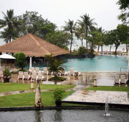 Зимой природная стихия рвёт и мечет, купаться на курортах невозможно