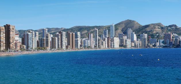 Обитель небоскрёбов, тусовочный рай, обладатель роскошных белоснежных пляжей – таким Бенидорм предстаёт пред каждым, кто приезжает сюда