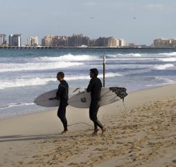 Высокий сезон серфинга длится в период с октября по апрель, зимой вода холодная, поэтому без гидрокостюма не обойтись