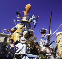 В Испании в течение года проходят множество фестивалей и праздников, например, парад гигантских кукол Фальяс