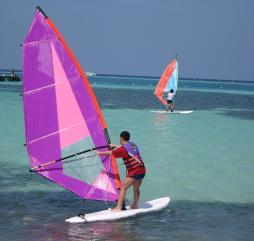 В высокий туристический сезон на Мальдивах можно заняться виндсерфингом