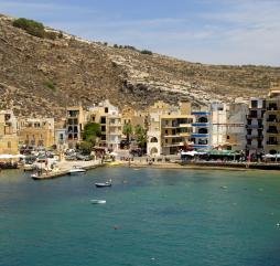 Летом на Мальте царит очень жаркая погода, захватите с собой крем с высоким фактором защиты