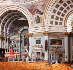 Мальтийцы - очень верующий народ, поэтому религиозных праздников в их календаре предостаточно