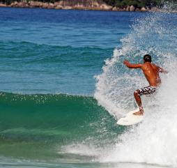 Зимой на Маврикии наблюдаются большие волны, это великолепные условия для занятия серфингом