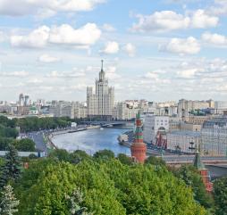 Летом в Москве бывает как пасмурно и прохладно или жакро и душно, так и вполне комфортно!