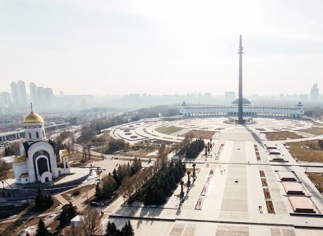 Архитектурный ансамбль парка Победы состоит из музея ВОВ, памятников и монументов, а также религиозных мемориальных сооружений