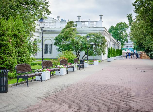 Сад Эрмитаж удивителен тем, что на небольшой территории помещаются 3 театра, эстрада, беседки, фонтан и детская площадка, а также  фазаны, белки и голуби!