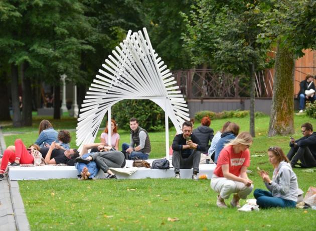 В саду Эрмитаж летом можно просто отдохнуть на зеленом газоне, либо  позаниматься йогой с инструкторами совершенно бесплатно