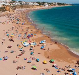 Атлантический океан в Португалии даже в пиковые летние месяцы немного прохладен