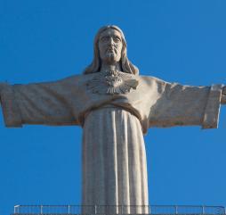 Португальцы придают религиозным праздникам большое значение, в стране насчитывается немало святых мест