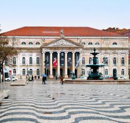 Около 6 месяцев в году португальцы наслаждаются театральными постановками с участием прославленных актёров из многих стран мира