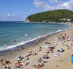 На курортах Краснодарского края купаться начинают с первых чисел июня, но вода ещё может быть прохладной