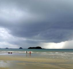 В сезон дождей осадки часты, но кратковременны. Влажность высокая. Но многих туристов это вовсе не пугает, ведь у этого времени есть и ряд достоинств